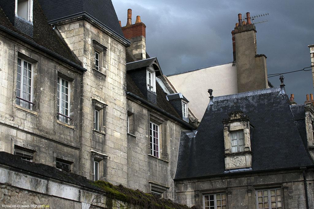 Les murs sont épais, en pierre, mais on remarque que les cheminées sont en brique.