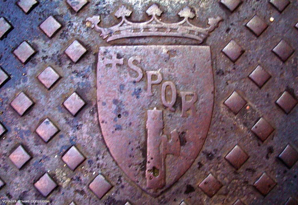 Symbole de la ville sur une plaque de fonte au sol