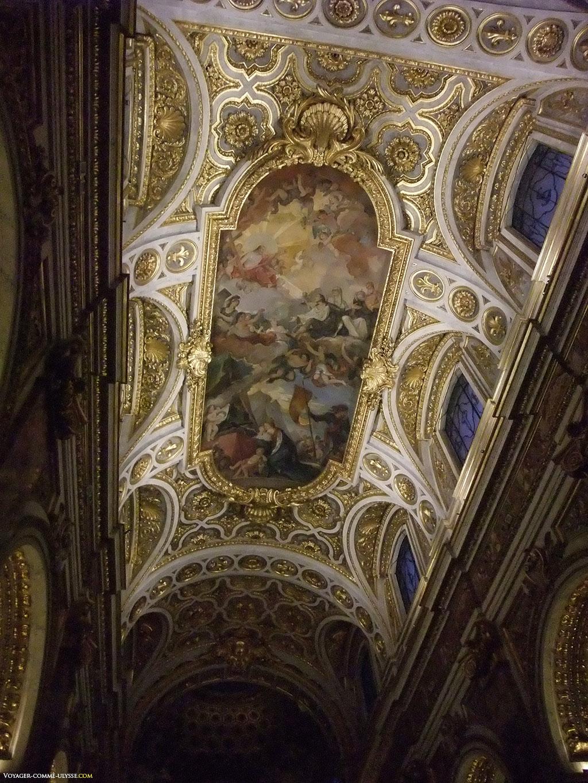 Le plafond, dans le plus pur style baroque