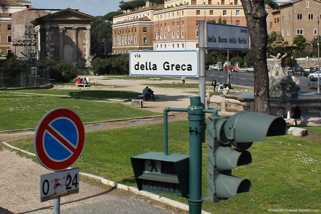 Via della Greca : panneau informatif au dessus d'un feu rouge.
