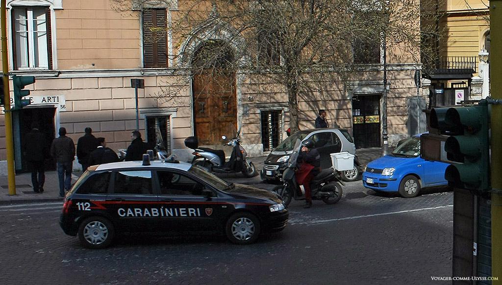 Les carabinieri, les gendarmes italiens.