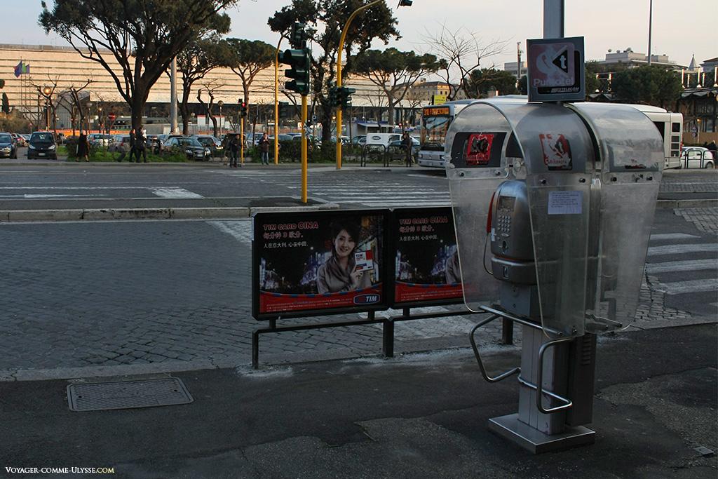 Emplacements publicitaires et cabine téléphonique