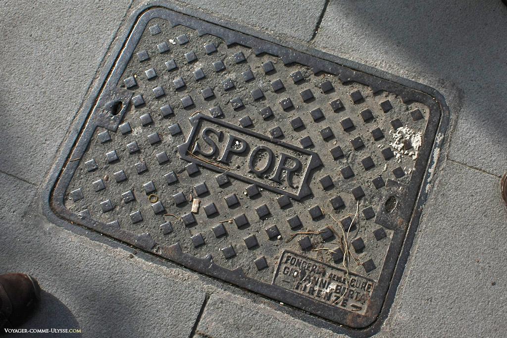 """Plaque en fonte, avec le célèbre logo """"SPQR"""""""