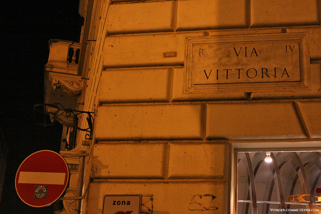 Plaque indiquant le nom de la rue sur un immeuble. Ici, nous sommes à la Via Vittoria.