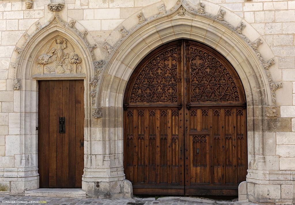 Portes extérieures du palais, richement décorées.