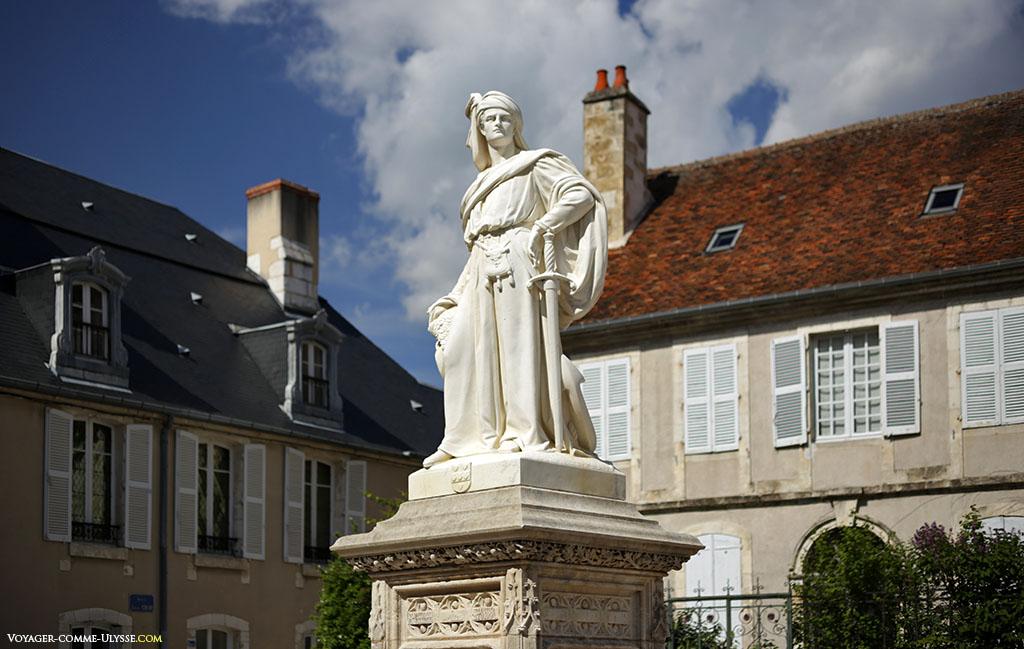 Statue de Jacques Coeur, sur la petite place en face du Palais.