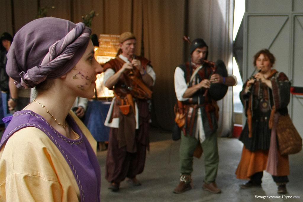 Gros plan sur une fille habillée à la médiévale