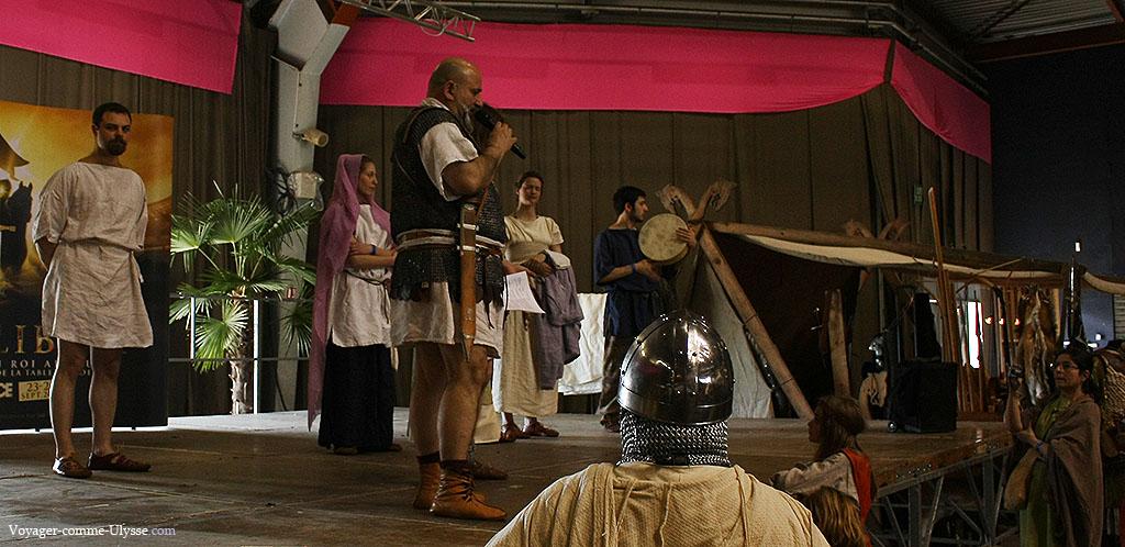 L'association Gladius Scutumque, présentant différents vêtements romains.