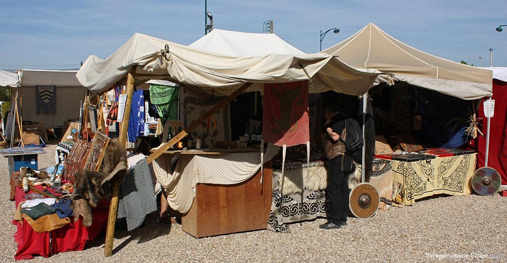 Des tentes, plantées dehors, avec des stands