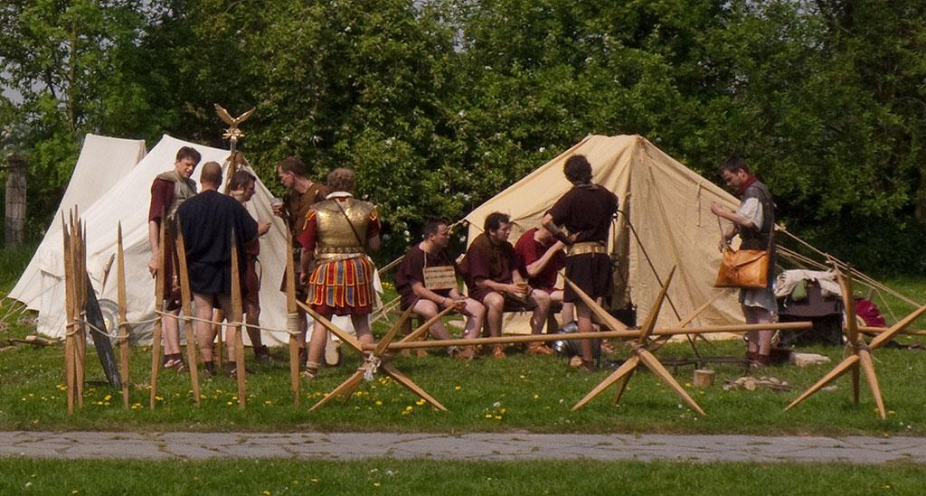Légionnaires au repos devant leurs contubernia, leurs tentes