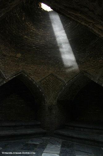 Une des nombreuses salles, avec la lumière du jour qui entre par le haut de la coupole