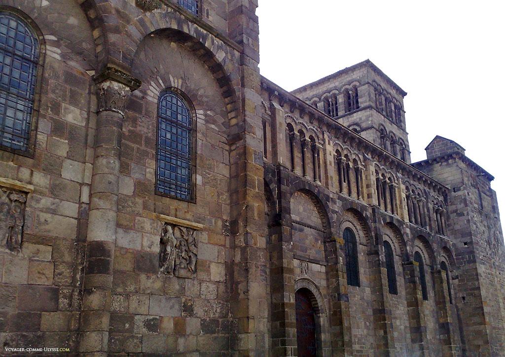 Eglise romane, une pure évidence dans ses murs épais