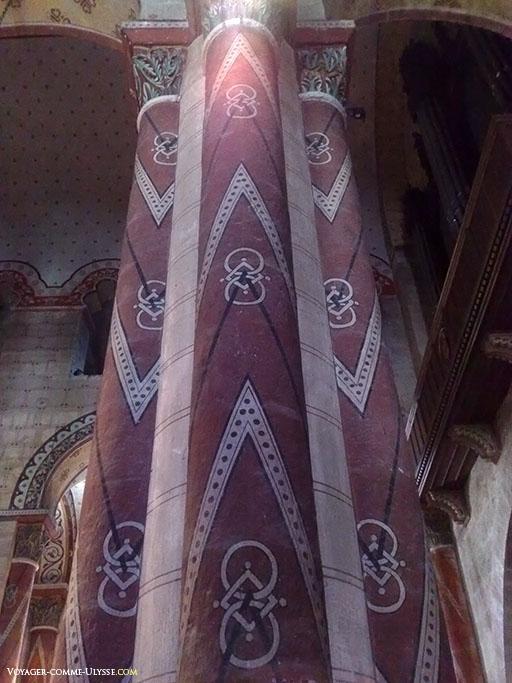 Pilier de la nef, entièrement peint