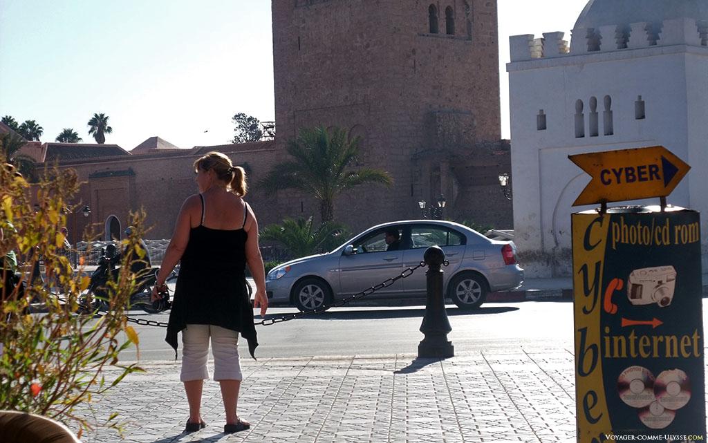 Je ne connais pas cette personne, mais tout laisse penser qu'il s'agit d'une touriste. Les locaux ne montrent pas les épaules comme ça, trop dangereux pour les coups de soleil.