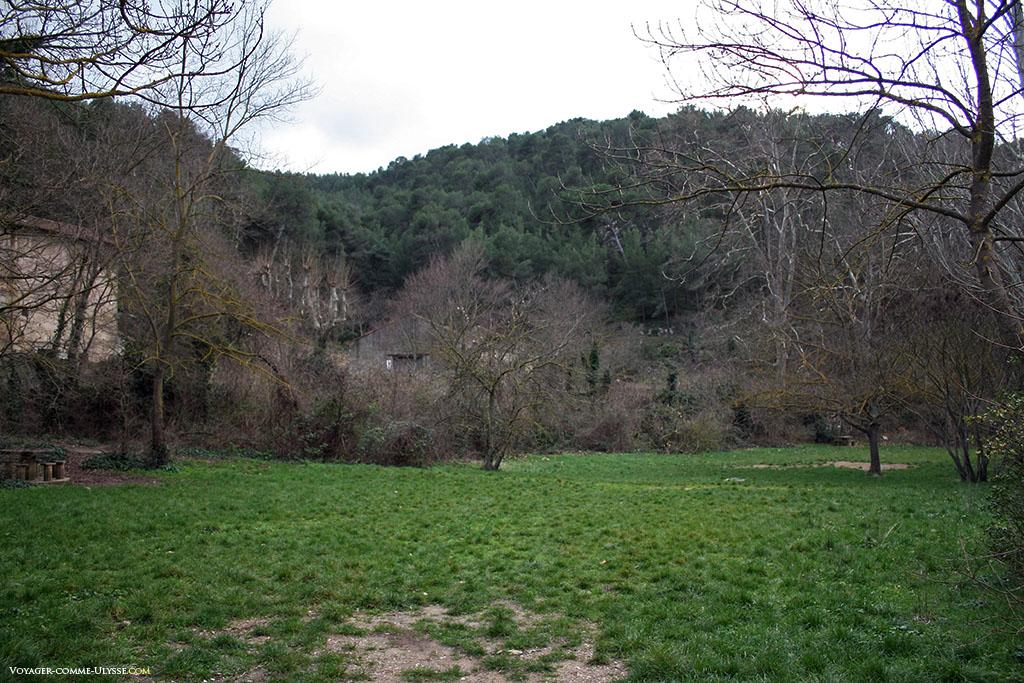 On peut venir ici faire des pic-nics ou jouer à la balle, sur cette vaste étendue d'herbe.