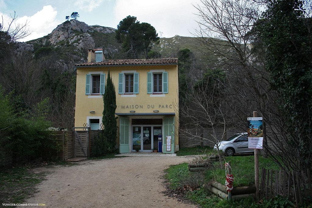 La Maison du Parc, à l'entrée. Son architecture est typiquement provençale.