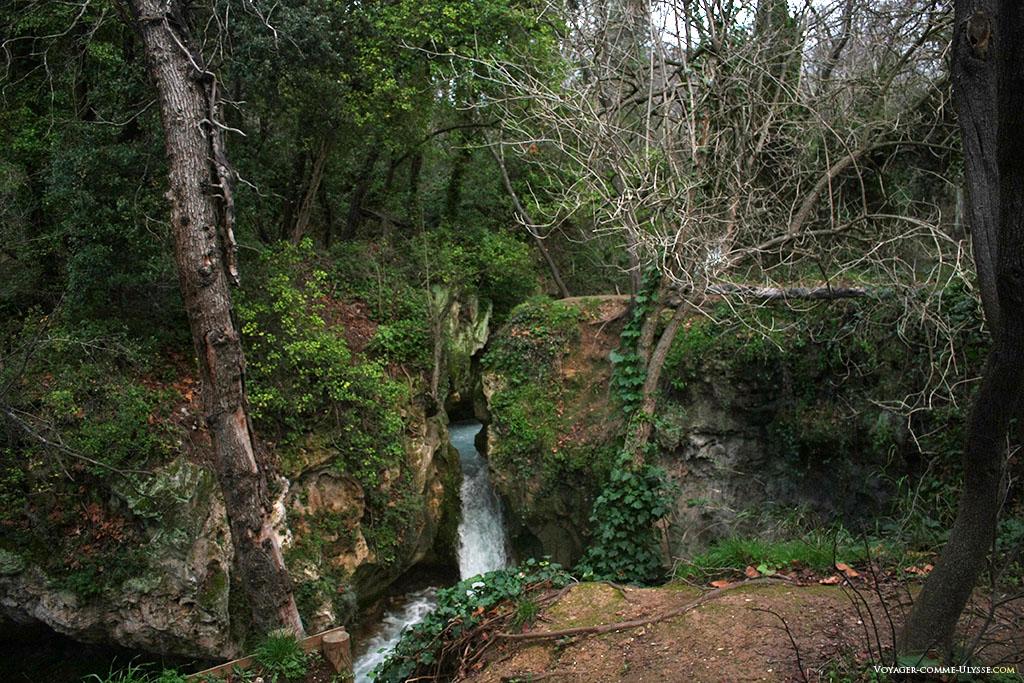 La rivière coule entre les roches