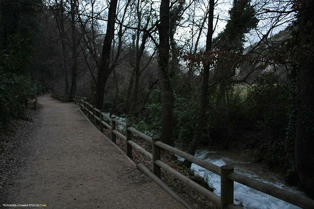 Nous marchons le long de la rivière, n'écoutant que le bruit des flots, des oiseaux et de nos pas.