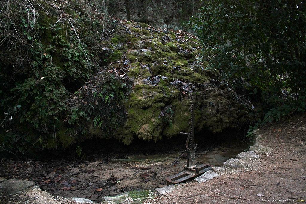 La manivelle laissait passer l'eau selon les besoins.