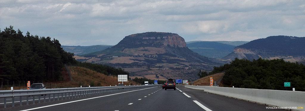 L'autoroute, en partant du Viaduc de Millau, et cette extraordinaire colline : les paysages de l'Aveyron sont de toute beauté