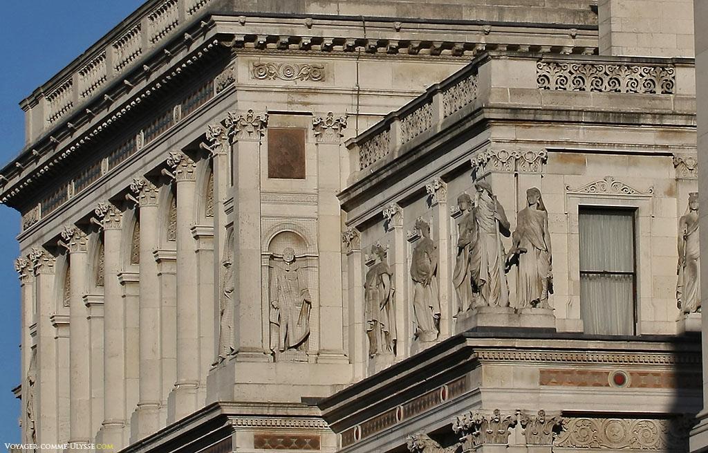 Les bâtiments officiels sont souvent l'occasion d'avoir de belles statues, décorant les façades.