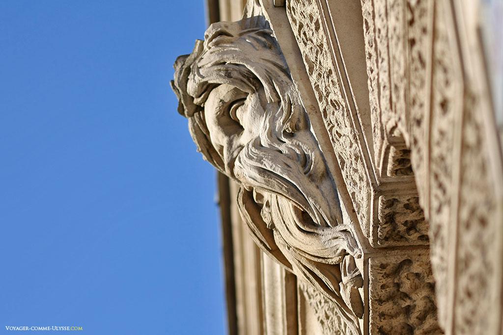 Ce visage regarde, impassible, à l'angle de la Great George Street et la Parliament Street, l'Abbaye de Westminster.