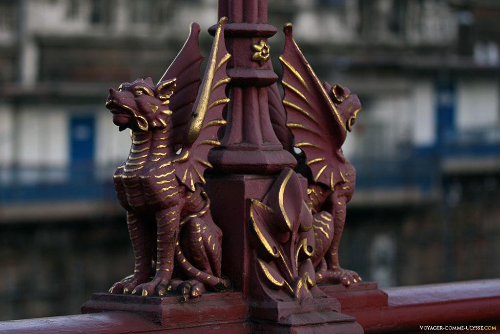 Ces deux petits dragons se trouvent sur le Holborn Viaduct. Le choix des dragons n'a pas été fait au hasard : ce sont les armoiries de la City.