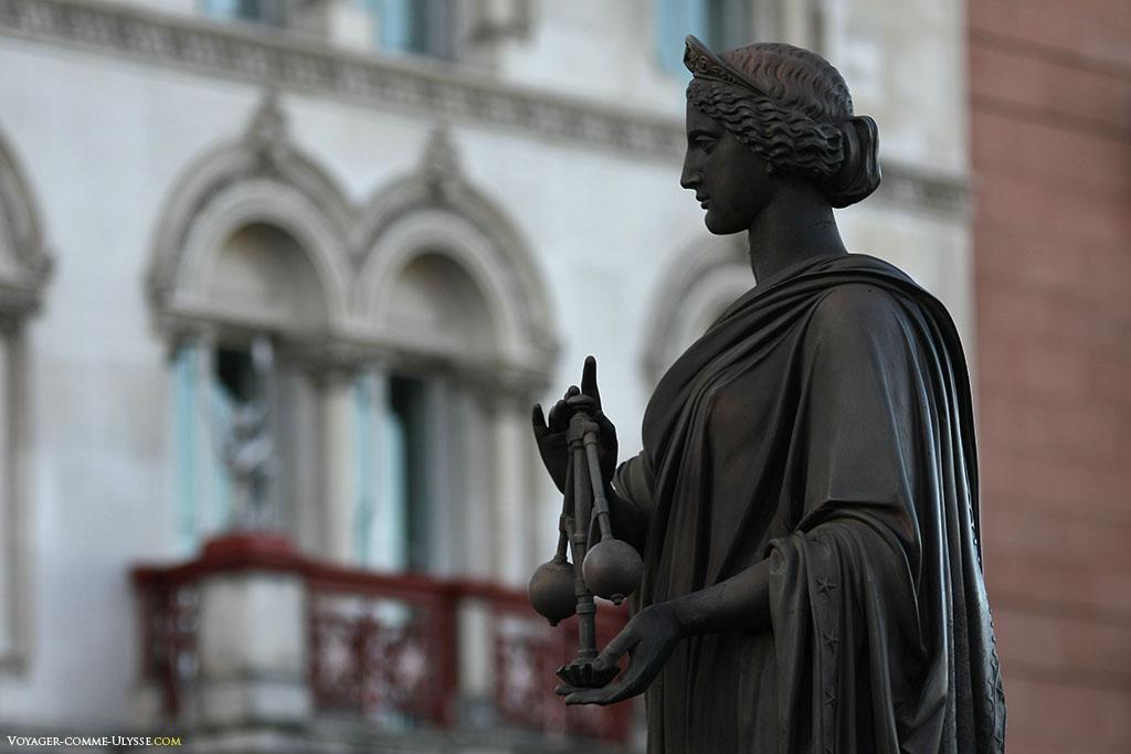 Statue allégorique de la Science, sur le Holborn Viaduct