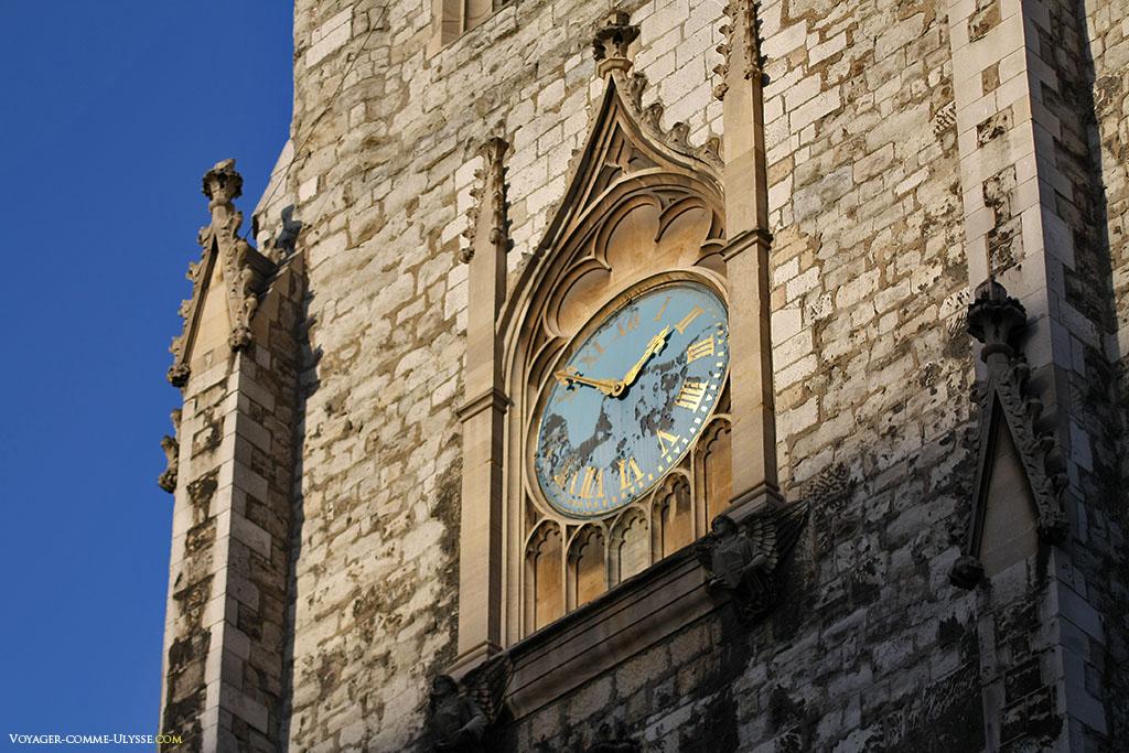 Horloge de l'Eglise de St. Sepulchre-without-Newgate. Les aiguilles et les chiffres romains du cadran sont dorés.