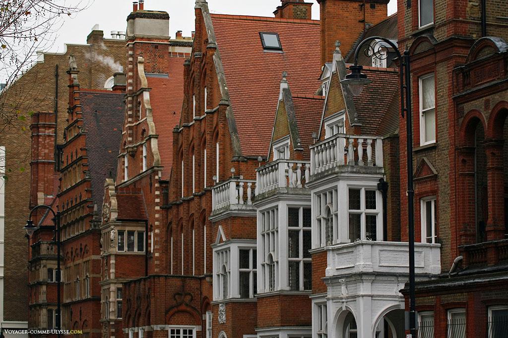 Toujours à South Kensington, un bel exemple de bâtiments luxueux londoniens. Beaucoup sont des hôtels, en brique rouge, couleur ponctuée par des détails architecturaux blancs.