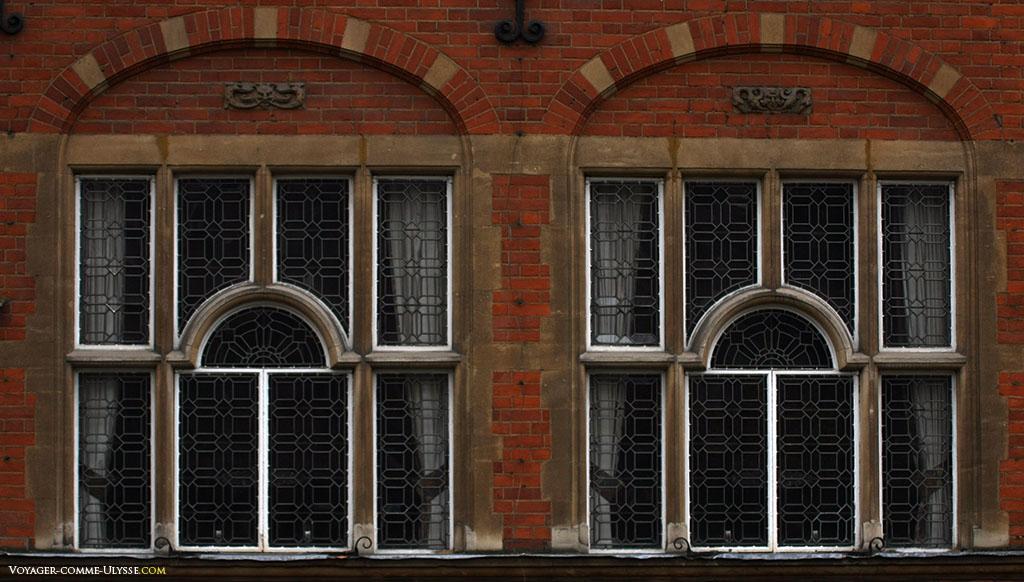 Petites fenêtres à cadre blanc, découpées en petits carreaux.