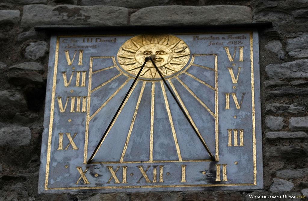 Ce cadran solaire est tout ce qu'il y a de plus moderne. Ici, c'est le IV qui prime.