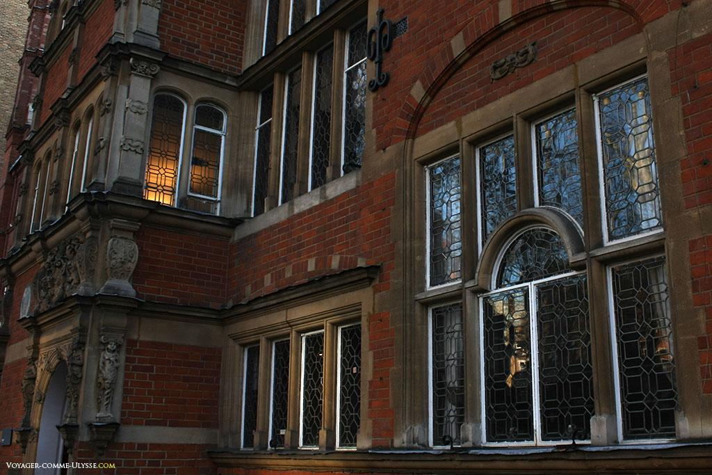 La fenêtre appartient en fait à un bel immeuble de South Kensington. J'attire votre attention sur les décorations de l'entrée, à gauche de la photo.