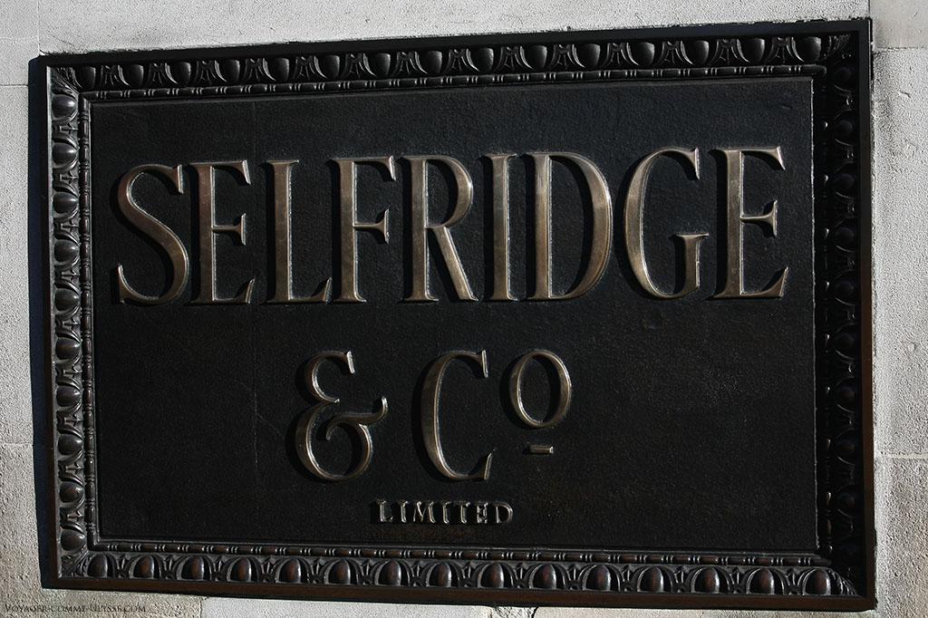 Impossible de se tromper : la lourde plaque indique bien que nous sommes à Selfridge & Co.
