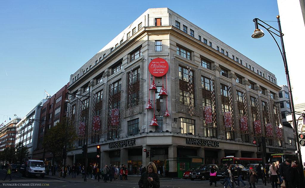 Marks & Spencer sur Oxford Street, décoré pour Noël.