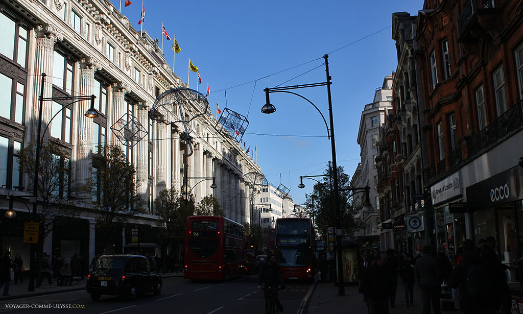 Oxford Street. Le grand bâtiment à gauche, c'est Selfridges.