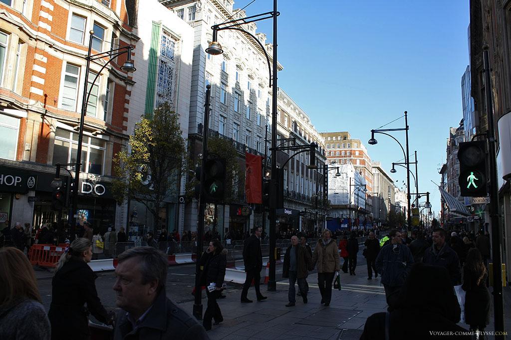 Londres, en pénalisant lourdement les voitures qui y circulaient en son centre-ville, a permis aux piétons de circuler plus librement. Dans une rue commerçante comme Oxford Street, cette mesure prend tout son sens.