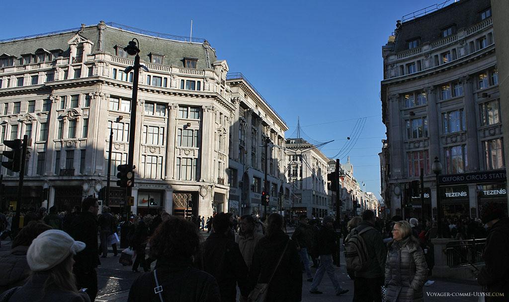 Oxford Circus, où se croisent les deux plus grandes rues commerçantes de Londres, Oxford Street et Regent Street.