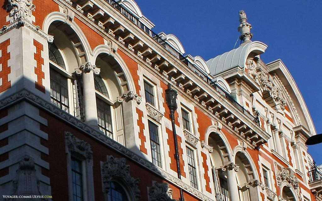 Sur cette façade, on alterne la brique et les colonnes blanches, les arcades et la décoration foisonnante.