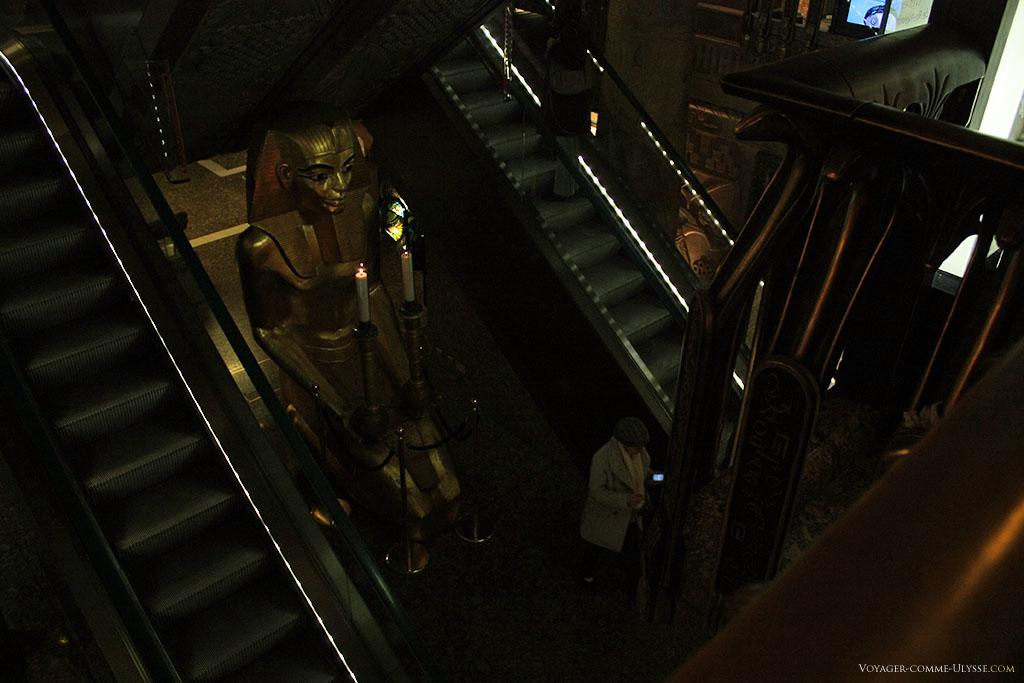 Impossible de rater cette décoration égyptienne si on prend l'escalator!