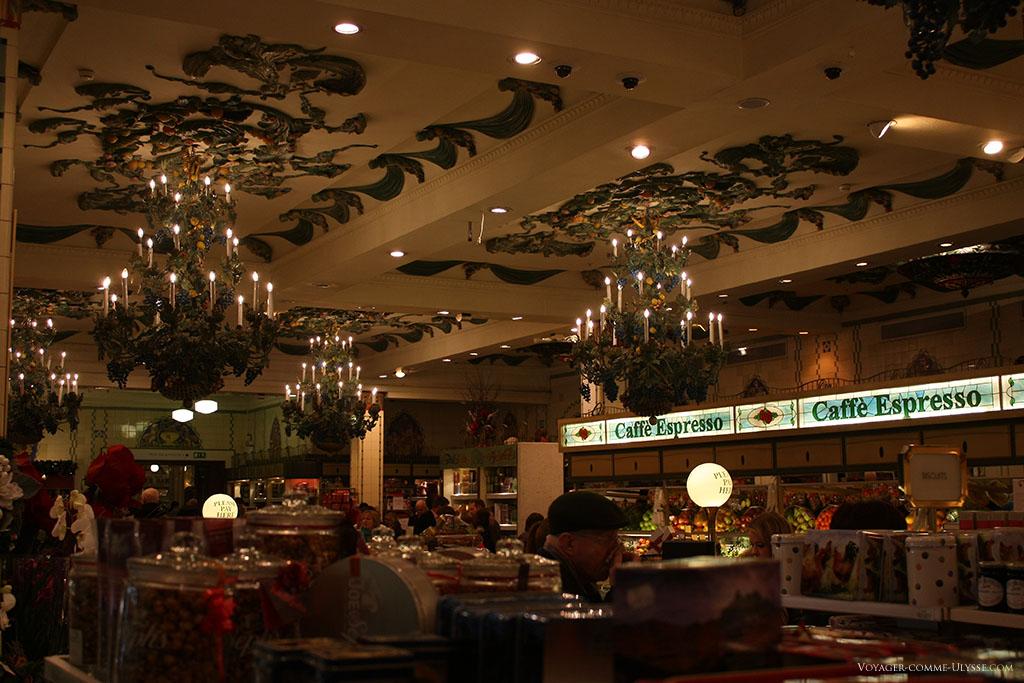 Les lustres, la décoration au plafond nous suggèrent que nous ne sommes plus dans un magasin, mais dans un palace! Et pourtant, ici, on achète des biscuits pour accompagner le café...