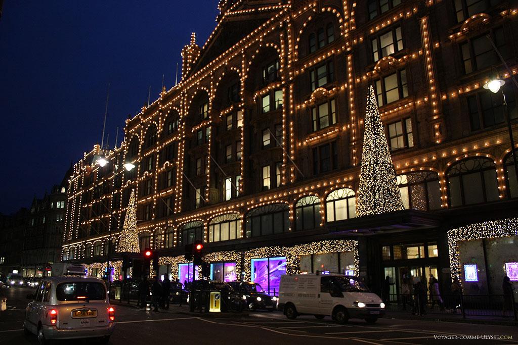La façade de Harrods, décorée pour Noël, avec ses sapins illuminés.