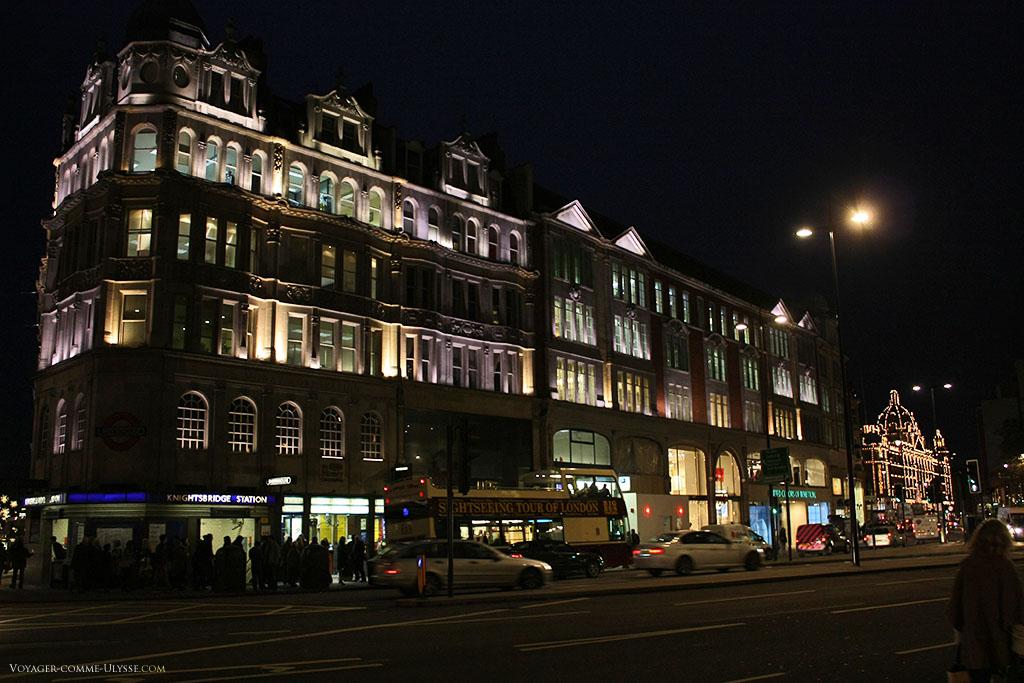 On aperçoit le célèbre magasin Harrods, au bout de la rue. A gauche, l'entrée de la station Knightsbridge.