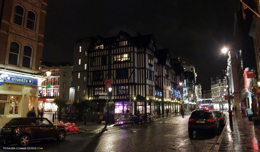 """Le bâtiment du magasin Liberty, en style """"Tudor Revival"""", très à la mode vers la fin du 19ème siècle et début du 20ème siècle : on voulait recréer le style architectural comme à l'époque des Tudor, au XVIème siècle."""
