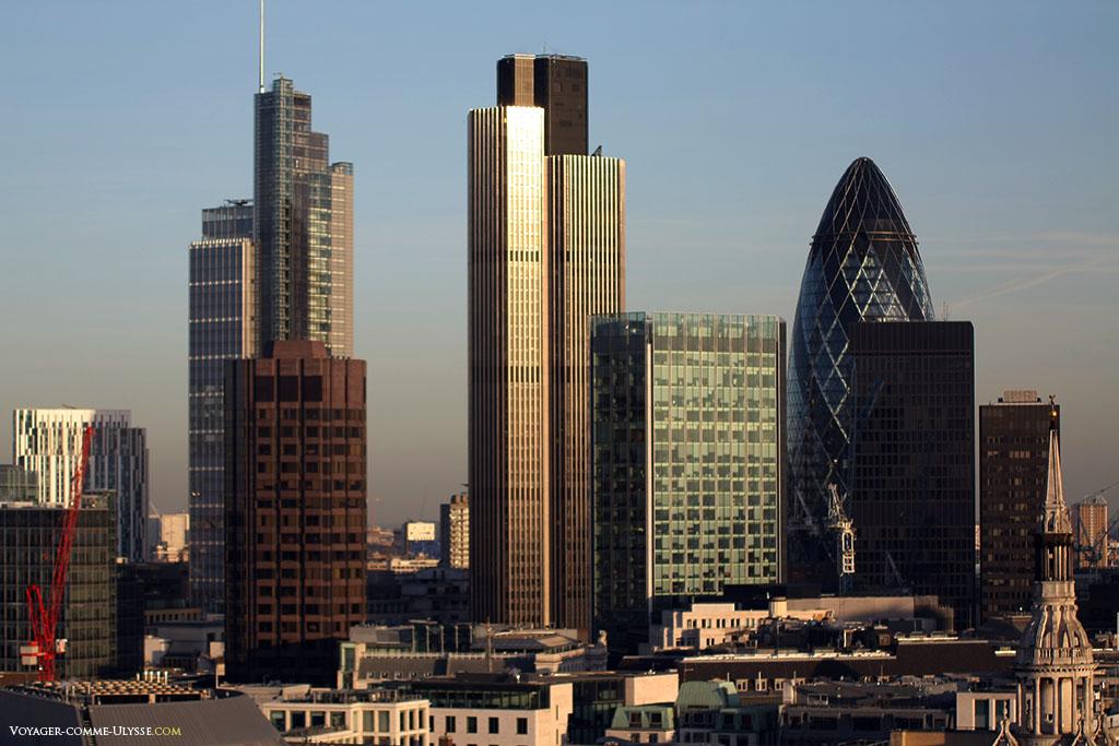 La City de Londres, et ses incroyables gratte-ciels. avec notamment le 30 St Mary Axe et sa forme en obus.