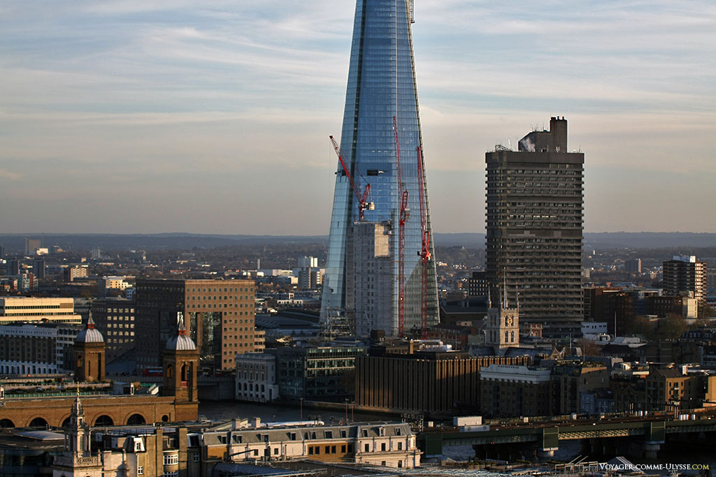 L'incroyable Shard Tower, avec ses plus de 300m de haut, domine totalement le paysage londonien. C'est incroyable je trouve, qu'il soit permis de construire de tels bâtiments en plein centre ville, les églises, autrefois les points culminants d'une ville, sont devenues insignifiantes à coté.