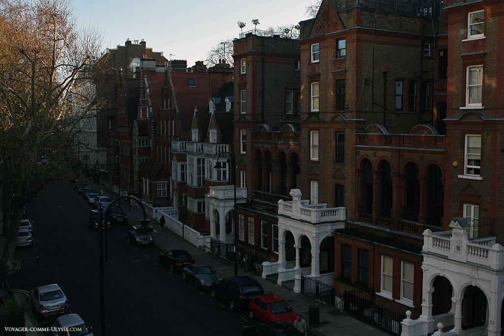 Une rue résidentielle de South Kensington. C'était en fait la vue de notre hôtel, très bien situé dans l'un des quartiers les plus sûrs de Londres. Les bâtiments ici sont beaux et en brique, avec des porches, des minuscules jardinets, et caractéristique anglaise, des fenêtres au sous-sol..