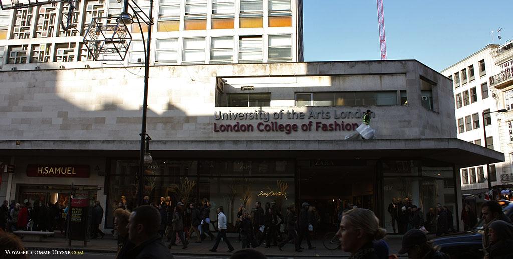 London College of Fashion. Située sur la grande rue commerçante Oxford Street, c'est une dépendance de l'Université des Beaux-Arts de Londres. Cette institution forme chaque année de nombreux étudiants aux métiers de la mode.