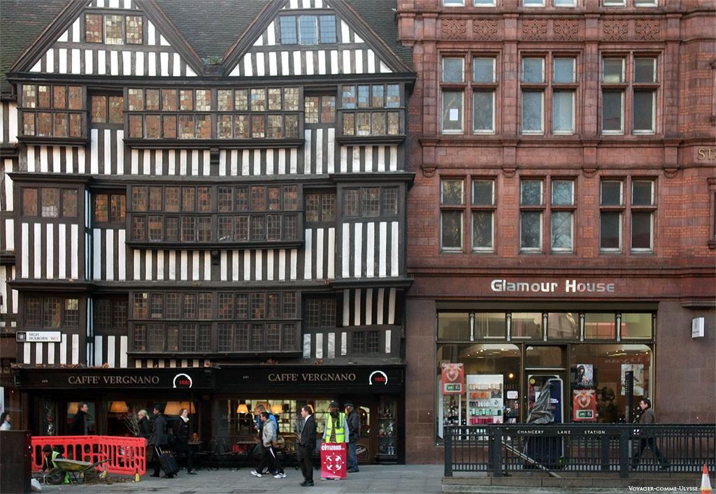 A gauche, le Staple Inn, une des plus anciennes maisons de Londres (1545), qui a survécu au grand incendie de 1666. Le Staple Inn fut bombardé en 1944, et reconstruit à l'identique. On peut y prendre un café le temps d'une pause.