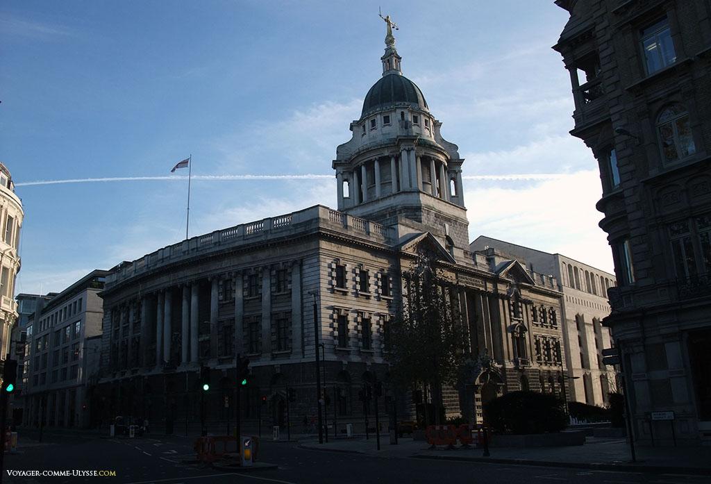 Old Bailey, le plus célèbre des tribunaux du Royaume Uni. Tout en haut du dôme, une statue allégorique de la justice.